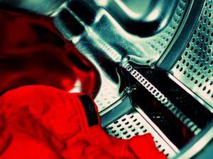 Nehmen wir mal an, es ist gerade sehr windig. Der Verbraucher stopft dann seine schmutzige Wäsche in die Maschine und startet den Waschvorgang zu einem günstigen Stromtarif, weil gerade durch den Wind eine hohe Strommenge produziert wird und die sonstige Stromnachfrage niedrig ist. © joexx / photocase.de